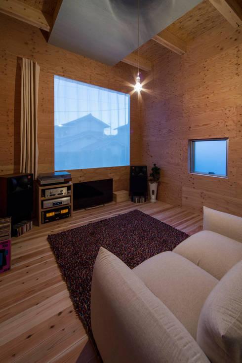 リビングの全体構成: アトリエセッテン一級建築士事務所が手掛けたリビングです。