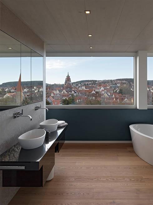 HAUS IN WEIL DER STADT:  Badezimmer von AMP Architekten