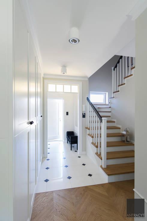Wiatrołap, korytarz, schody: styl , w kategorii Korytarz, przedpokój zaprojektowany przez Antracyt