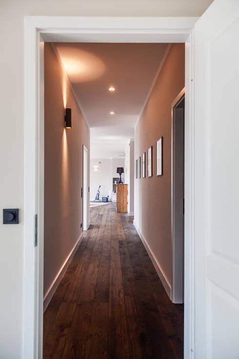 Eingangsbereich in stilvoller Beleuchtung:  Flur & Diele von 16elements GmbH
