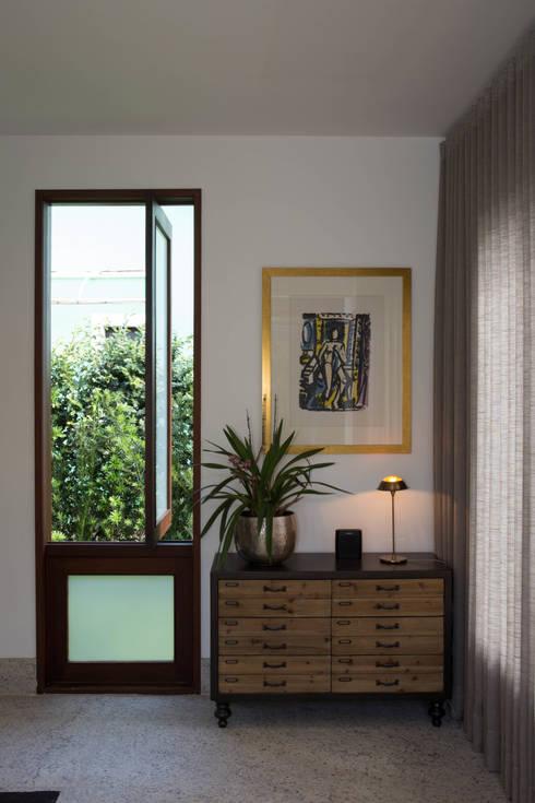 Pasillos y recibidores de estilo  por Mutabile