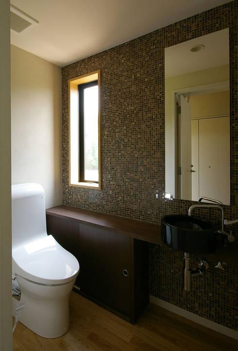 兵庫県佐用町の別荘: 一級建築士事務所アールタイプが手掛けた浴室です。