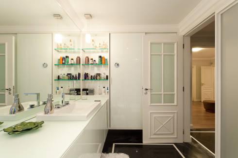Apto Avenida Beiramar: Banheiros modernos por Mantovani e Rita Arquitetura