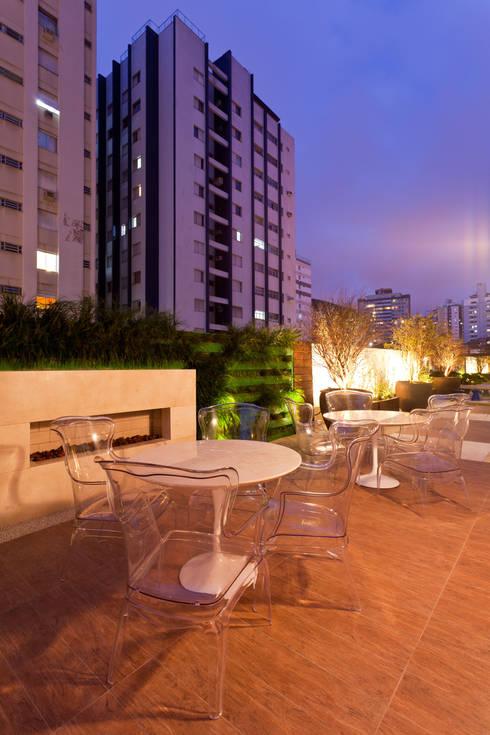 Apto Avenida Beiramar: Terraços  por Mantovani e Rita Arquitetura