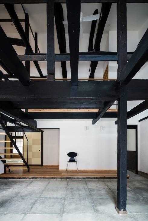 花しょうぶ通りの家・サロン吹き抜け: タクタク/クニヤス建築設計が手掛けた和室です。