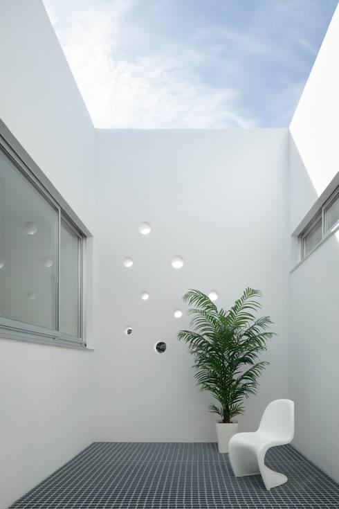 Jardines de estilo moderno por 久保田正一建築研究所