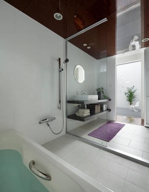 Baños de estilo moderno por 久保田正一建築研究所