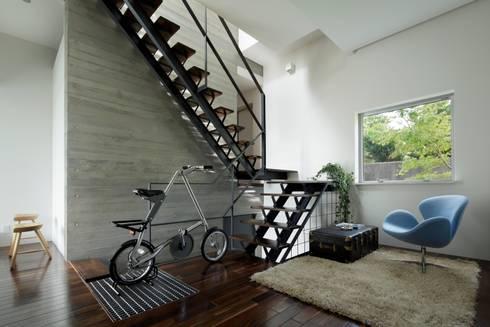 Pasillos, vestíbulos y escaleras de estilo  por 久保田正一建築研究所