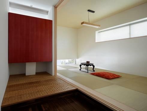 Paredes y pisos de estilo clásico por 久保田正一建築研究所