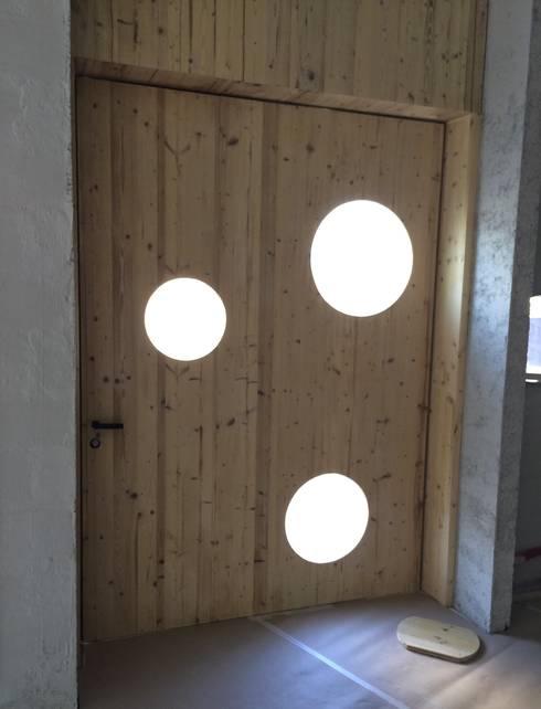 Puerta STV PIVOT: Ventanas de estilo  de OKULTUS