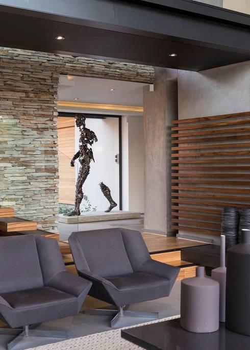 ห้องนั่งเล่น by Nico Van Der Meulen Architects
