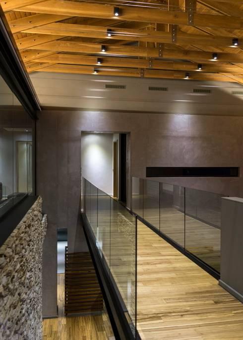 ระเบียงและโถงทางเดิน by Nico Van Der Meulen Architects