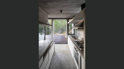 CASA WEIN: Cocinas de estilo moderno por Besonías Almeida arquitectos