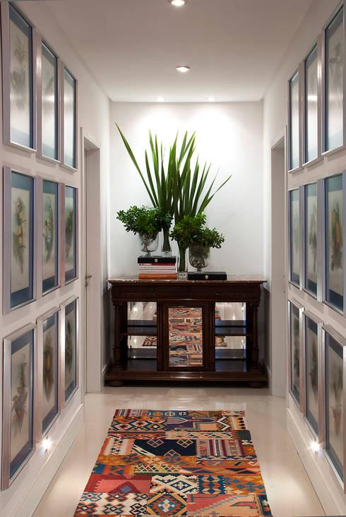 Casa da Praia / Beach House: Corredores e halls de entrada  por Luciano Teston