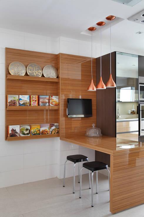 Apartamento na Barra da Tijuca: Cozinhas modernas por Ana Adriano
