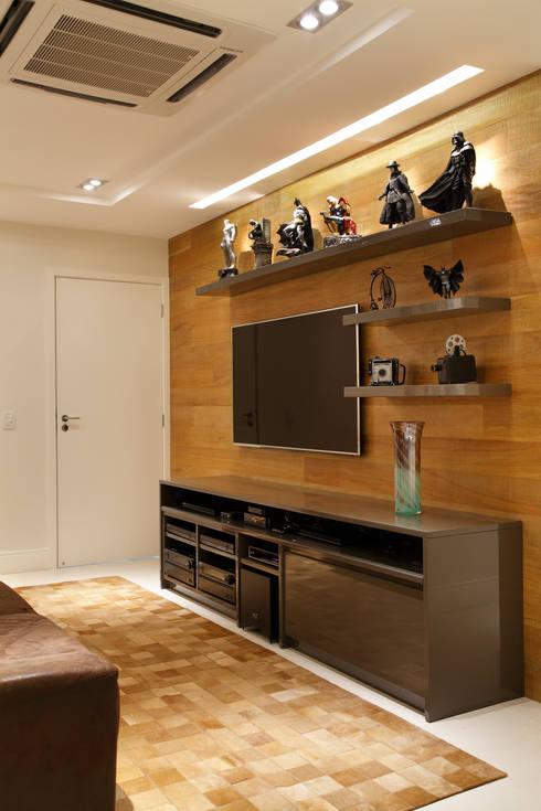 Apartamento na Barra da Tijuca: Salas multimídia modernas por Ana Adriano