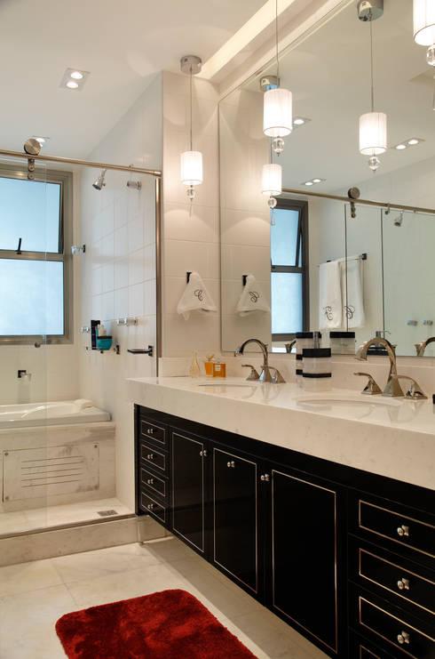 Apartamento na Barra da Tijuca: Banheiros clássicos por Ana Adriano