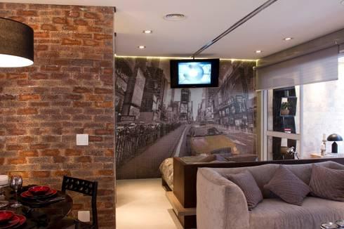 TV Deslizante e painel de pastilhas com paisagem: Salas de estar modernas por Ana Bartira Brancante Arquitetura