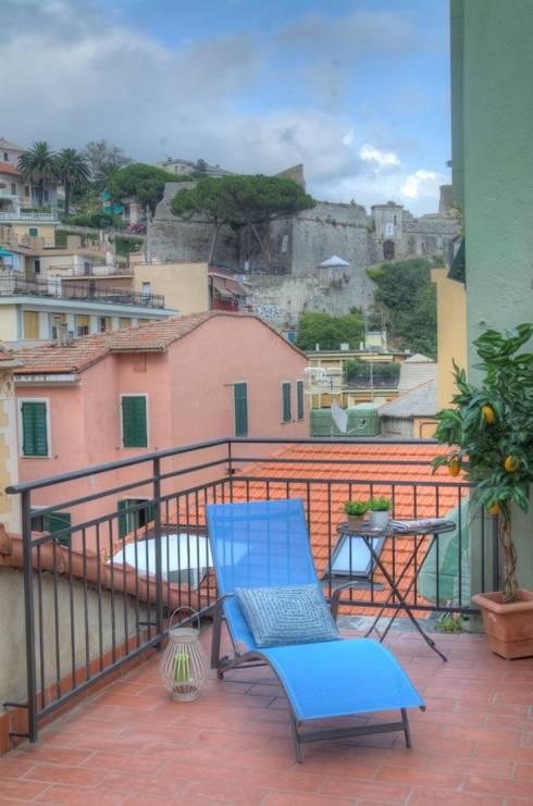 Ricondizionamento di appartamento destinato alla vendita nel centro storico di Finale Ligure: Balcone, Veranda & Terrazzo in stile  di Lella Badano Homestager