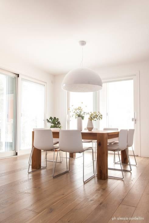 House 090: Sala da pranzo in stile  di COOLSTOODIO