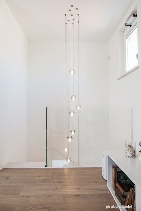House 090: Ingresso, Corridoio & Scale in stile  di COOLSTOODIO