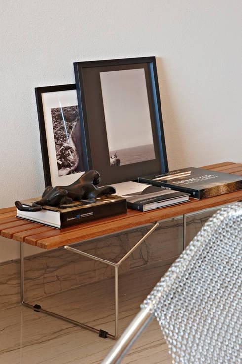 Apartamento Prainha: Sala de estar  por Coutinho+Vilela