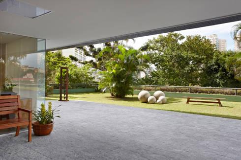 Condomínio Alameda: Jardins modernos por Coutinho+Vilela