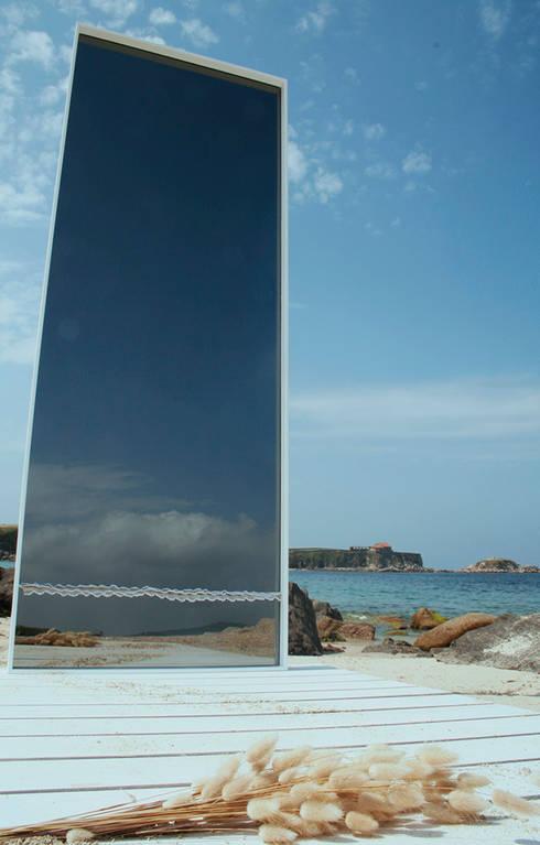 """Espejo """"9 Ondas"""": Vestidores de estilo  de JUAN ARES Marine Design"""