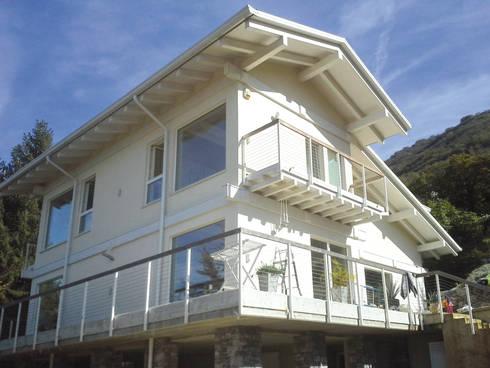 Casa classica in legno: Casa di legno in stile  di Marlegno