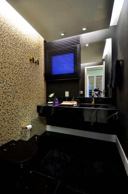 Residencia Unifamiliar: Banheiros tropicais por Marcelo John Arquitetura e Interiores