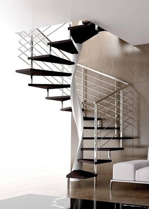 E20 pianta quadra gradino in faggio ringhiera R5 inox: Soggiorno in stile in stile Moderno di Area Scale