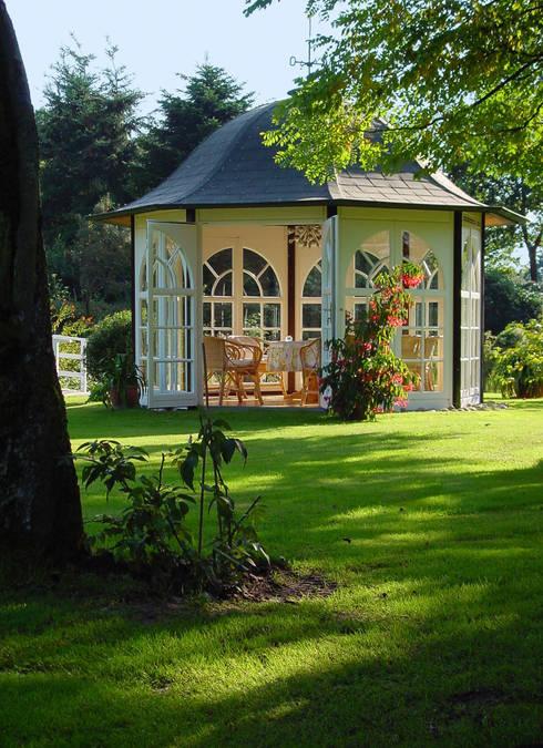 """Ihr WOGA Pavillon """"Classic"""" ist ein Ort , an dem Sie Ihre """"Seele"""" baumeln lassen können. :  Garten von WOGA Gartenpavillon"""