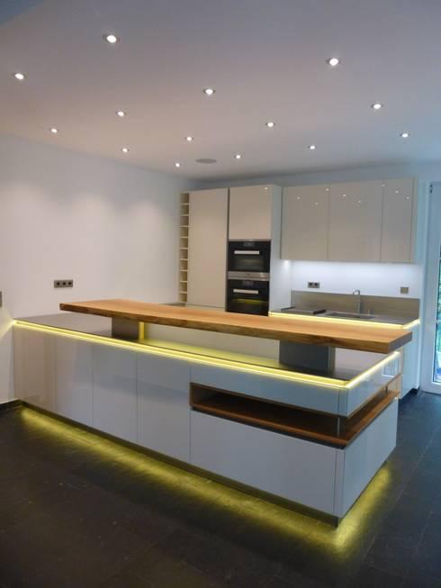 Fernsehen in der Küche:  Küche von Design Manufaktur GmbH