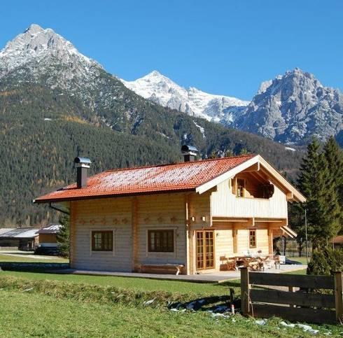 kleines alpine blockhaus chalet von finnscania blockhausfabrik homify. Black Bedroom Furniture Sets. Home Design Ideas