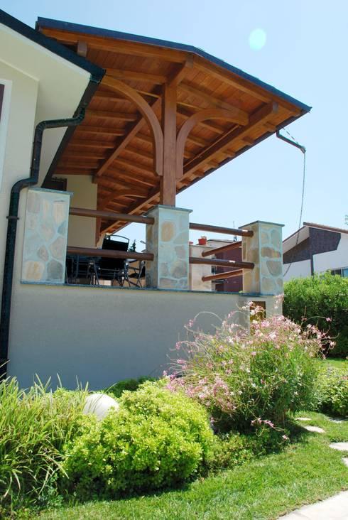 Porticato in legno: Terrazza in stile  di Alfa Porticati S.r.l.s.