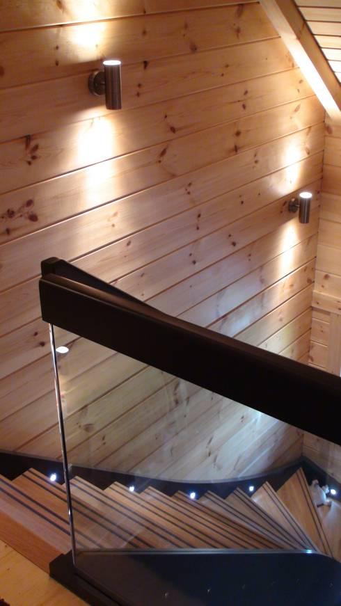 Gemütliches Einfamilien Blockhaus Treppe:  Flur & Diele von Finnscania Blockhausfabrik