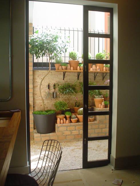 Jardins modernos por Línea Paisagismo.Claudia Muñoz