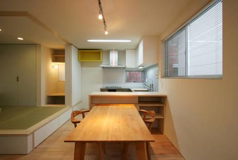ENCLOSE: 充総合計画 一級建築士事務所が手掛けたダイニングです。
