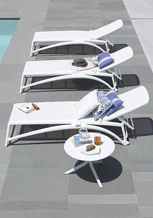Albercas de estilo moderno por Muebles caparros