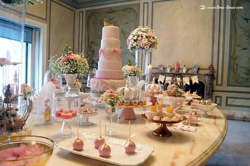 Vista da mesa do bolo e doces: Sala de jantar  por Lima Limão-  Festas com charme