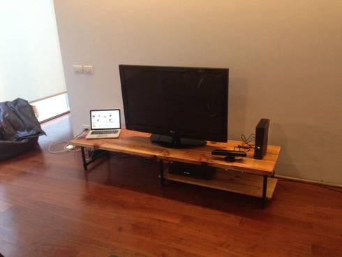 mueble de TV: Salas de estilo industrial por Armatoste studio