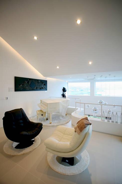 GALLERY HOUSE   미술가의 집: HBA-rchitects의  거실