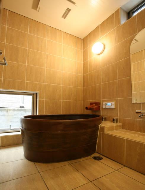 浴室  陶器製風呂の浴槽: 吉田設計+アトリエアジュールが手掛けた浴室です。