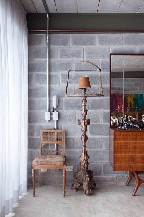 Residência Bandeiras: Salas de estar ecléticas por ARKITITO