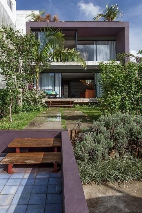 Residência Bandeiras: Casas modernas por ARKITITO
