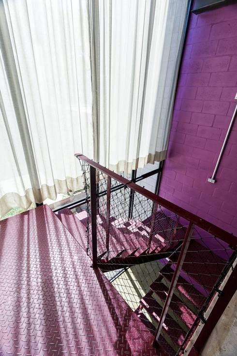 Residência Laura: Corredores e halls de entrada  por ARKITITO