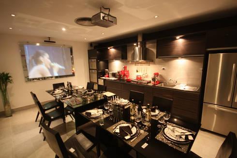 Mostra Artefacto Haddock Lobo - São Paulo: Cozinhas modernas por FJ Novaes Light Projects