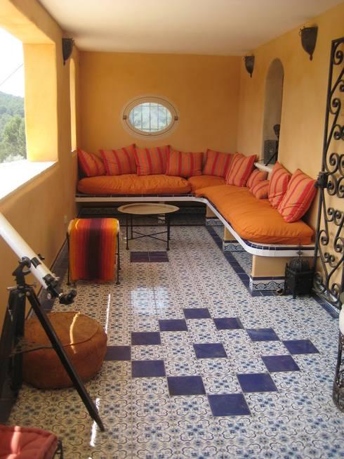 salon marocain: Terrasse de style  par cecile Aubert architecte dplg