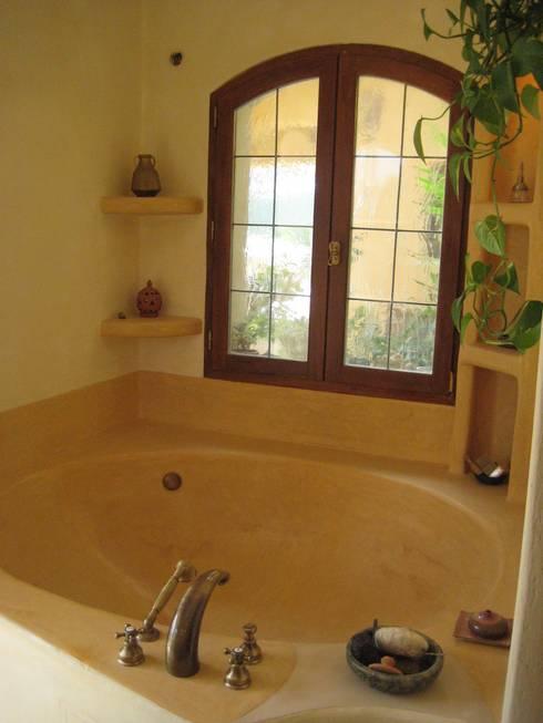 baignoire double en tadelakt: Salle de bains de style  par cecile Aubert architecte dplg