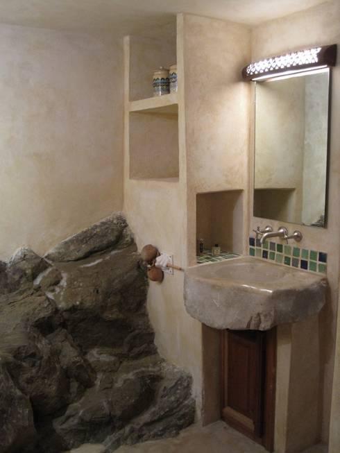 CHAMBRES D HOTES D EXCEPTION EN PAYS VAROIS: Salle de bains de style  par cecile Aubert architecte dplg